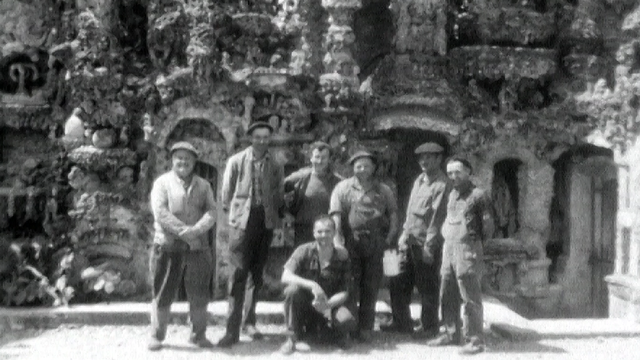 Visiteurs posant devant le Palais du facteur Cheval, 1968. [RTS]