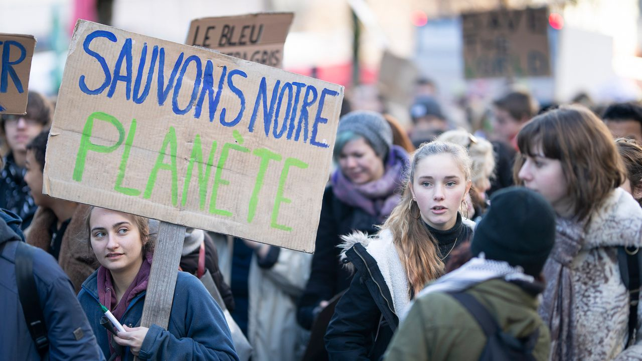 De nombreux jeunes en formation se sont mobilisés vendredi pour le climat, comme ici à Lausanne. [Valentin Flauraud - Keystone]