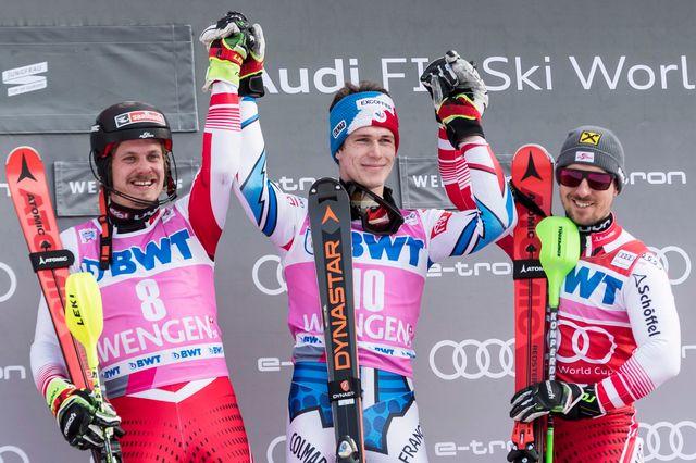 Entouré de Manuel Feller et Marcel Hirscher, Clément Noël avait le sourire quelques instants après son premier succès en Coupe du monde. [Jean-Christophe Bott - Keystone]