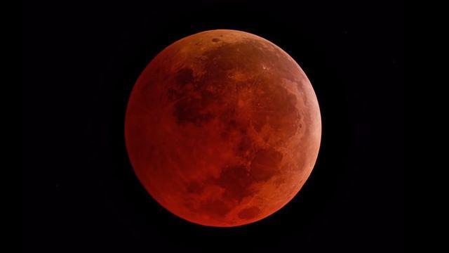 Durant une éclipse totale, la Lune prend une couleur rouge-orangé. [NASA]