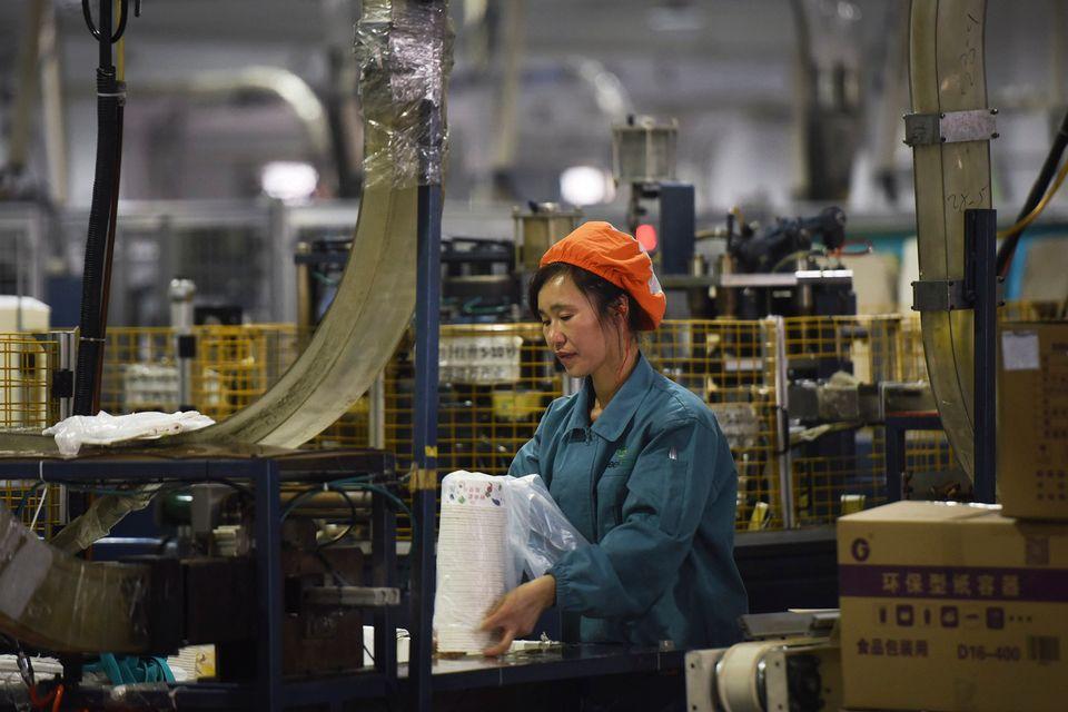 Une ouvrière chinoise dans une usine à Hangzhou, dans la province de Zhejiang. [Chinatopix via AP - Keystone]