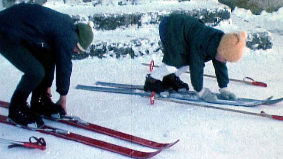 Les enfants traversent la vallée à ski pour se rendre à l'école. [RTS]