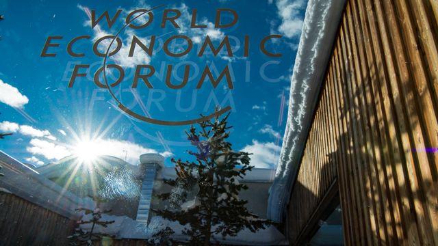 Un logo du World Economic Forum sur une fenêtre du Centre des congrès de Davos. [Laurent Gillieron - Keystone]