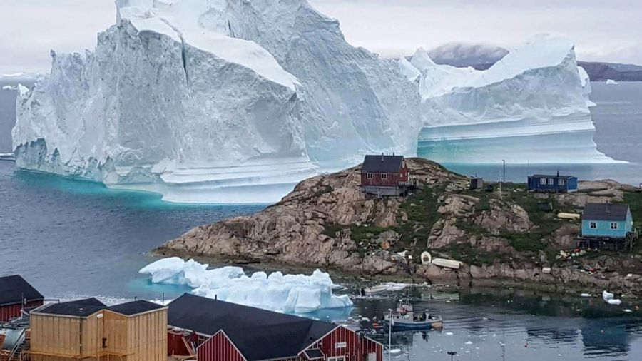 Un iceberg s'est détaché près d'un village au nord ouest du Groenland.