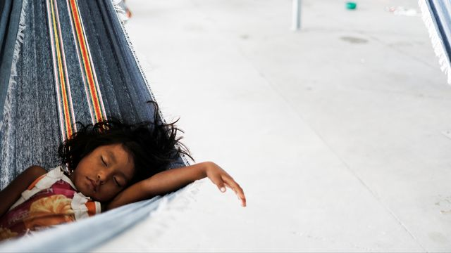 Un enfant Warao dort dans un hamac, dans le delta de l'Orénoque, Vénézuela. [Nacho Doce - Reuters]