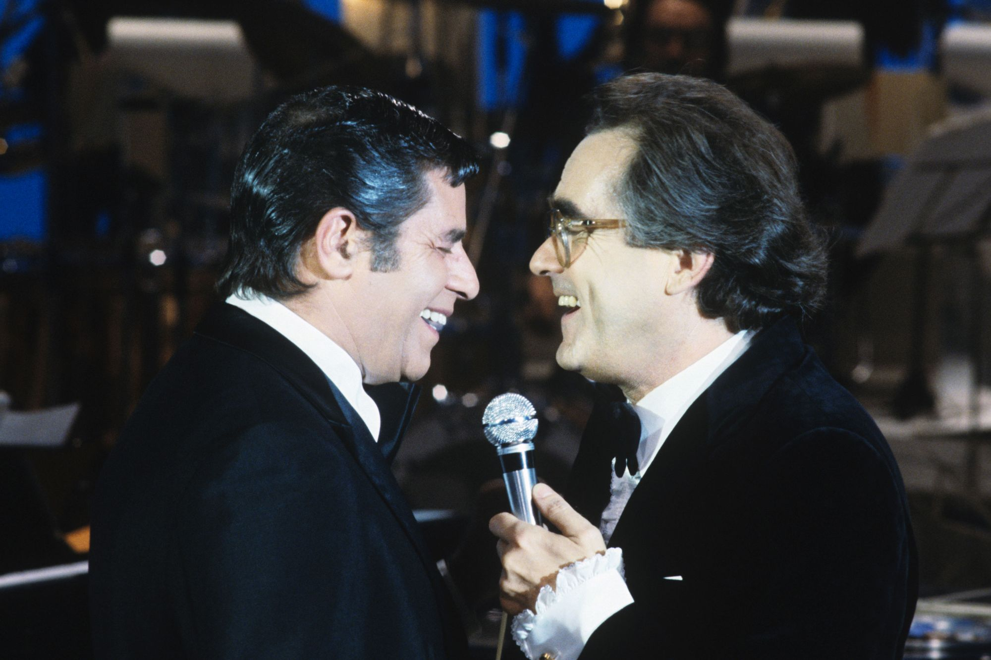 "Michel Legrand chante avec Jerry Lewis sur le plateau de l'émission ""Le grand studio"" en 1981."