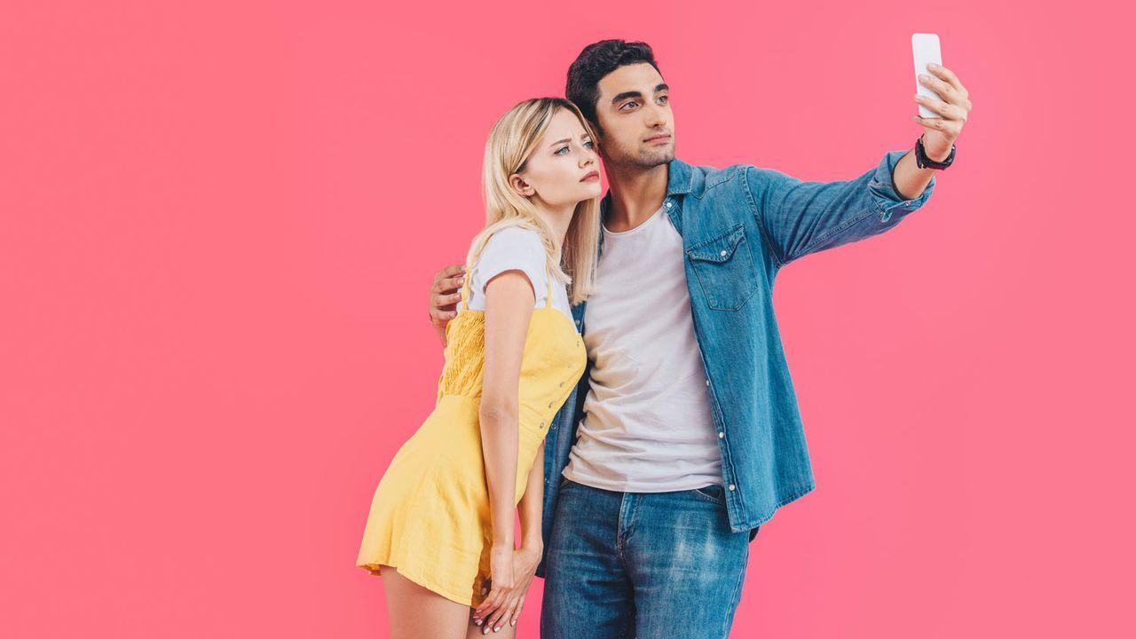 Deux personnes prennent une selfie avec leur Smartphone. [VitalikRadko - Depositphoto]