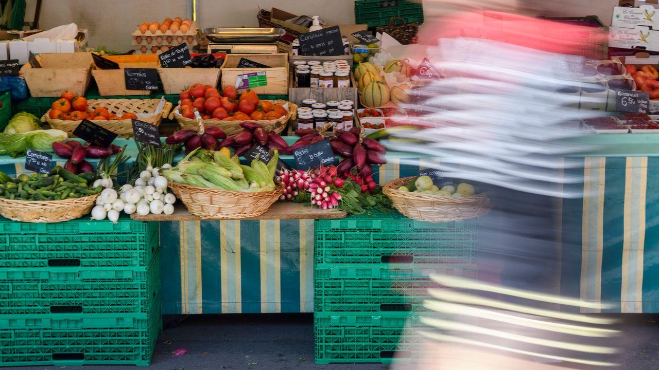 Un stand de fruits et légumes au marché de Plainpalais à Genève (image d'illustration). [Martial Trezzini - Keystone]