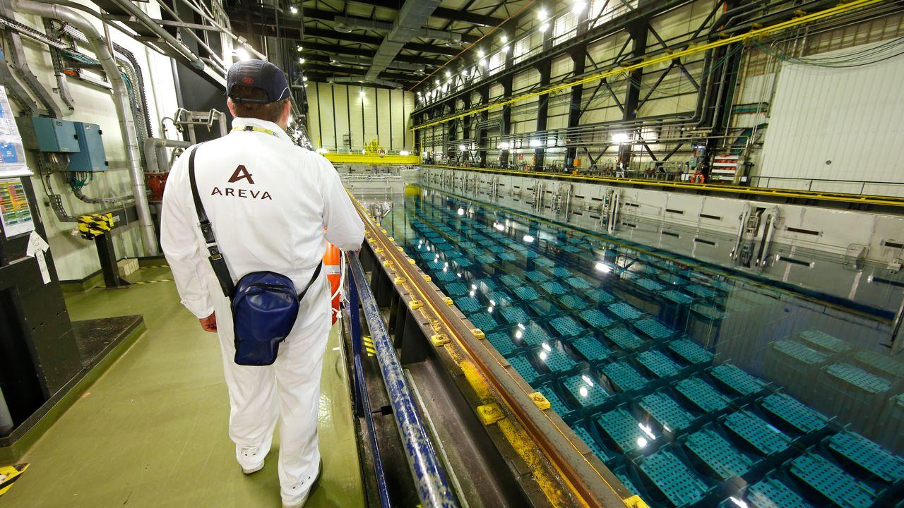 Un bassin de stockage dans l'usine nucléaire Areva à La Hague, dans le nord-ouest de la France. [Benoit Tessier - Keystone]