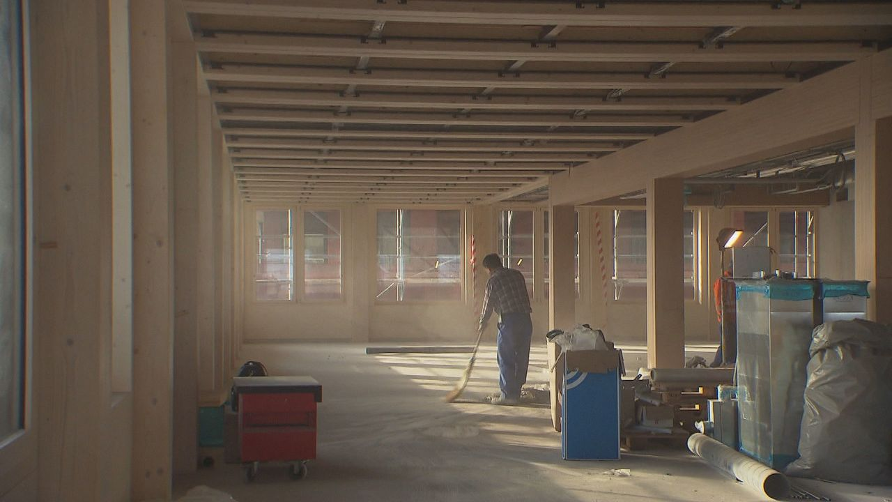 Les constructions en bois occupent aujourd'hui 10% du marché en Suisse. [RTS]
