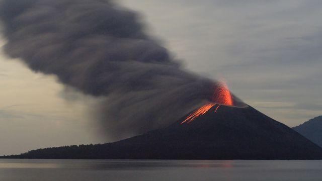 Eruption du volcan Krakatau en Indonésie. Byelikova Depositphotos [Byelikova - Depositphotos]