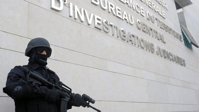 Un membre des forces spéciales devant le Bureau central d'investigation judiciaire, à Rabat au Maroc. [Abdelhak Senna - EPA/Keystone]