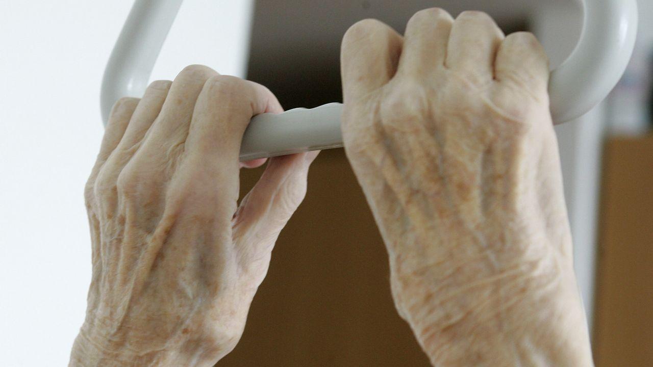 La maltraitance envers les personnes âgées va de l'infantilisation à l'humiliation, en passant par les menaces et les sévices physiques. [Thomas Kienzle - Keystone]