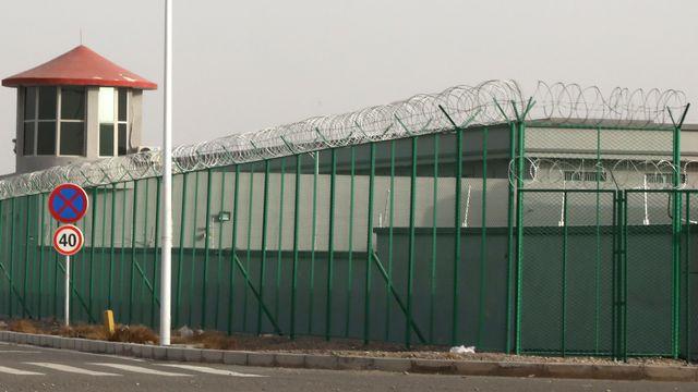Selon plusieurs ONG, un million de personnes seraient détenues dans des camps, en Chine. [Ng Han Guan - AP Photo/Keystone]