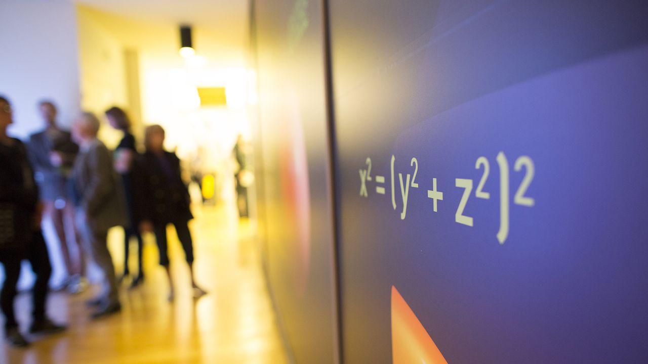 """Vue de l'exposition """"Sous la surface, les maths"""" au musée des Arts et Métiers de Paris. Camille Cier IHP [Camille Cier - IHP]"""
