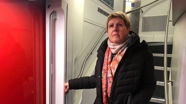 Verena Kuonen, une dame aveugle, qu'Alain Arnaud a accompagnée pour tester un nouveau train Bombardier. [Alain Arnaud  - RTS]