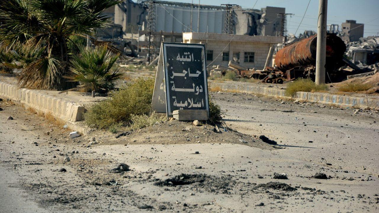 Un panneau qui signale la présence de l'EI à l'entrée de Raqa, ville syrienne désormais libérée. [EPA/Youssef Rabih Youssef - Keystone]