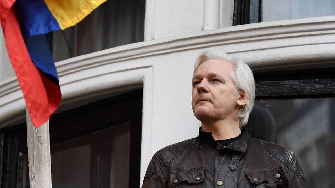 Julian Assange photographié sur le balcon de l'ambassade d'Equateur à Londres en 2017. [Justin Tallis - AFP]