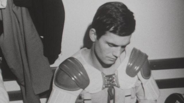 Hockeyeur dans le vestiaire du HC La Chaux-de-Fonds en 1965 [RTS]