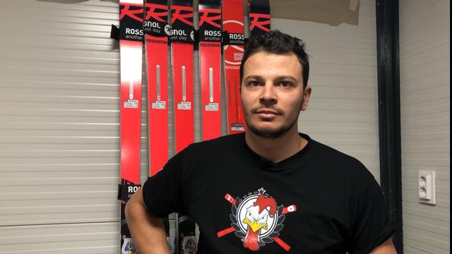 Romain Emptaz-Colomb teste les skis des champions. [F.Galaud - RTS]