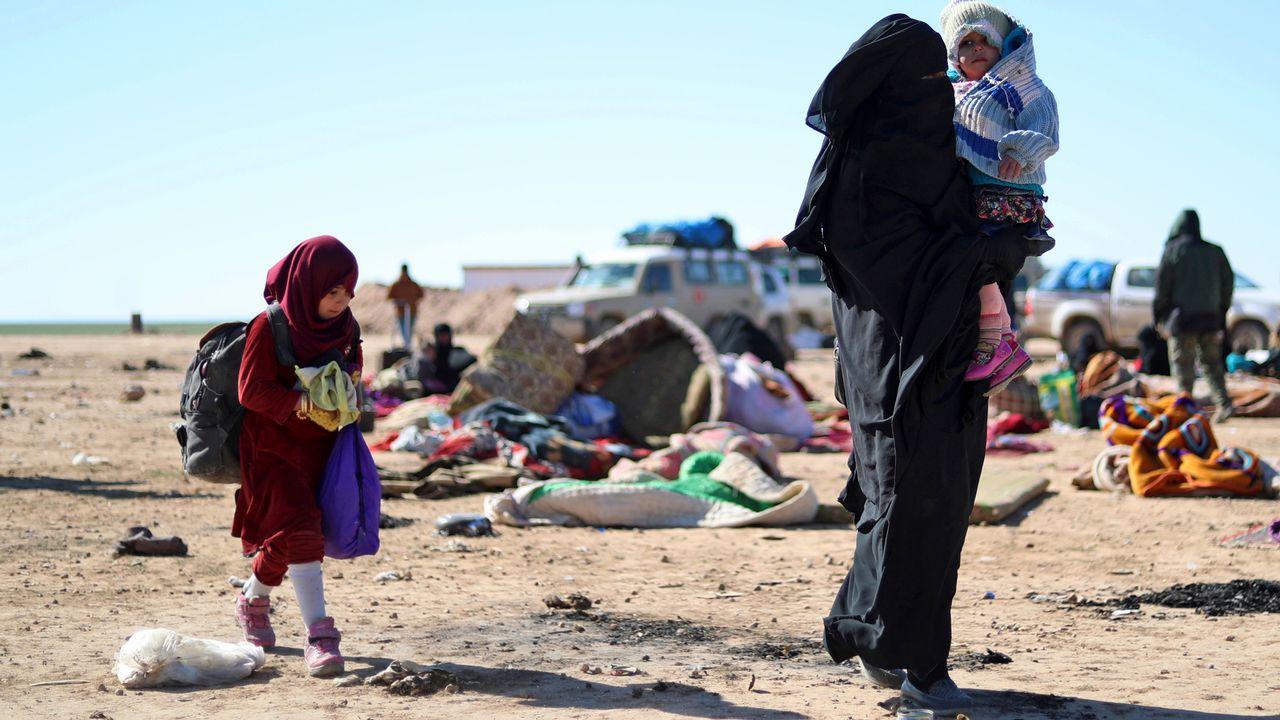 Une femme et ses enfants qui a fuit les combats entre le groupe Etat islamique et les Forces démocratiques syriennes dans la province de Deir Ezzor en Syrie. [Delil Souleiman - AFP]
