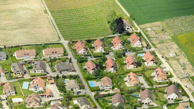 Vue aérienne d'un quartier d'habitation d'Etoy (VD) situé près d'une zone agricole. [Laurent Gillieron - Keystone]