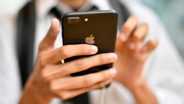 Certaines applications d'Apple enregistrent en effet à leur insu l'activité des usagers. [Franck Robichon - EPA/Keystone]