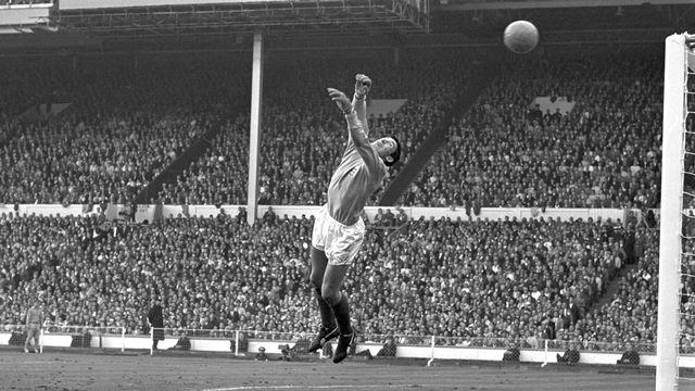 Gordon Banks en action lors de la finale de la Coupe du monde de 1966. [Karl Schnoerrer - AFP]