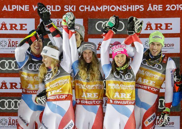 Les skieurs suisses tout sourire à l'issue de la cérémonie de remise des médailles. [Valdrin Xhemaj - Keystone]