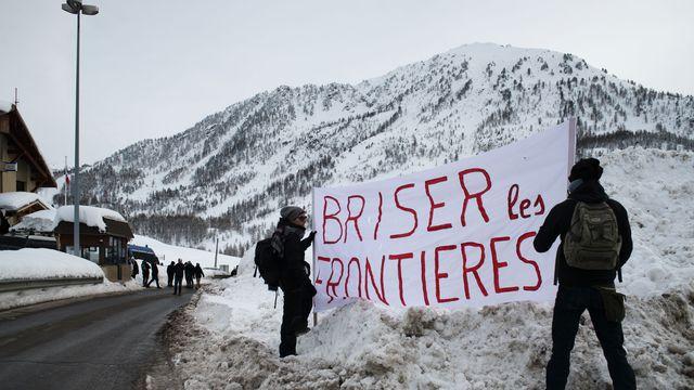 Deux activistes dans la neige de Montgenèvre lors d'une marche. [Piero Cruciatti - AFP]