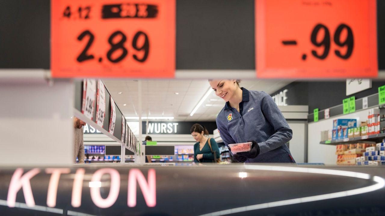 Peu avant les soldes, certains distributeurs gonflent les prix pour faire croire à des rabais plus conséquents. (image d'illustration) [Christian Beutler - Keystone]