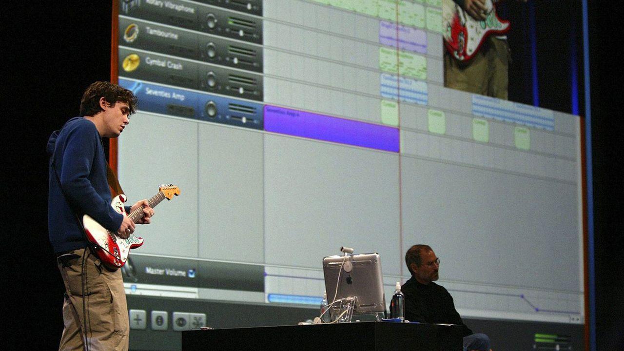 John Mayer et Steve Jobs lors de la présentation du logiciel GarageBand, en 2004. [John G. MABANGLO - AFP]