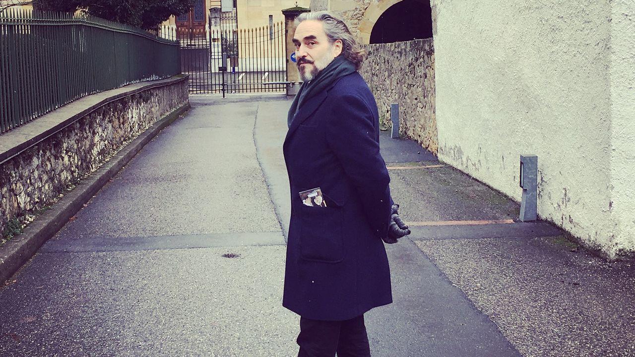 Stephan Eicher dans une rue de Neuchâtel. [Karine Vasarino - RTS]
