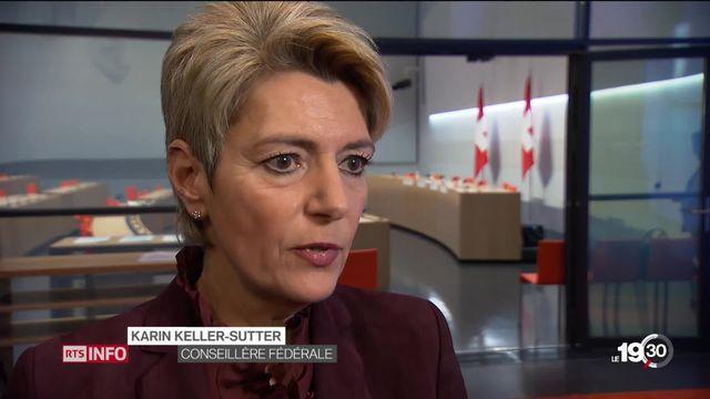 Karin Keller-Sutter lance la campagne pour la révision de la loi sur les armes, un sujet hautement sensible en Suisse. [RTS]