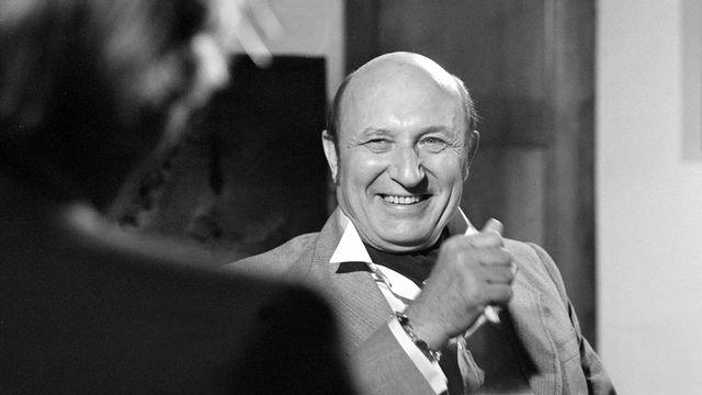 Frédéric Dard s'entretient avec le journaliste Jean Dumur en 1980. [RTS]