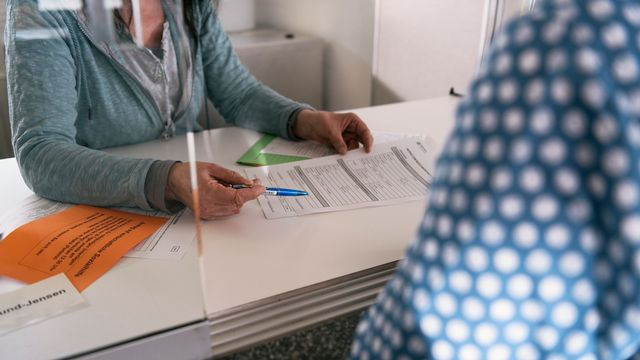 Un entretien au bureau de l'aide sociale à Zurich. [Christian Beutler - Keystone]