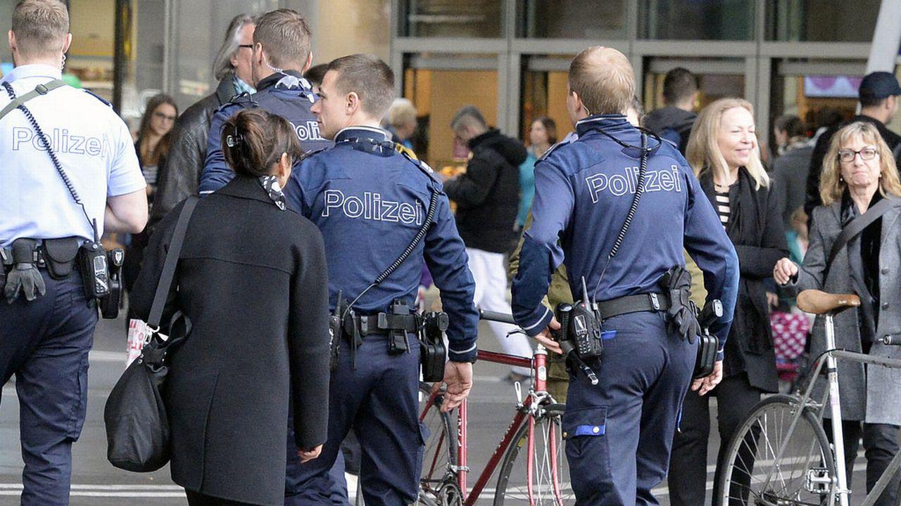 Des policiers vers la gare de Zurich. [Walter Bieri - Keystone]