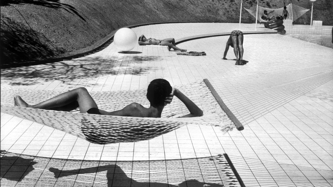 """Martine Franck """"Piscine conçue par Alain Capeilleres, Le Brusc, été 1976 """" [Martine Franck  - Magnum Photos]"""