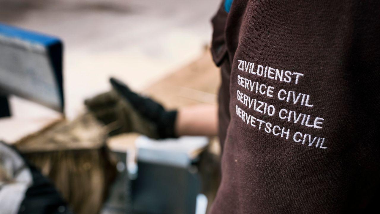 Le Conseil fédéral propose huit mesures concrètes pour diminuer le nombre de civilistes et favoriser l'armée. [Christian Beutler - Keystone]