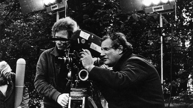 """Ici en 1973 sur le tournage de """"L'Invitation"""". Le cinéaste Claude Goretta: """"dans ses films comme dans ses téléfilms, il conjugue portraits intimistes et fresques sociales"""", écrit le dictionnaire (entrée: 2009). [Keystone]"""