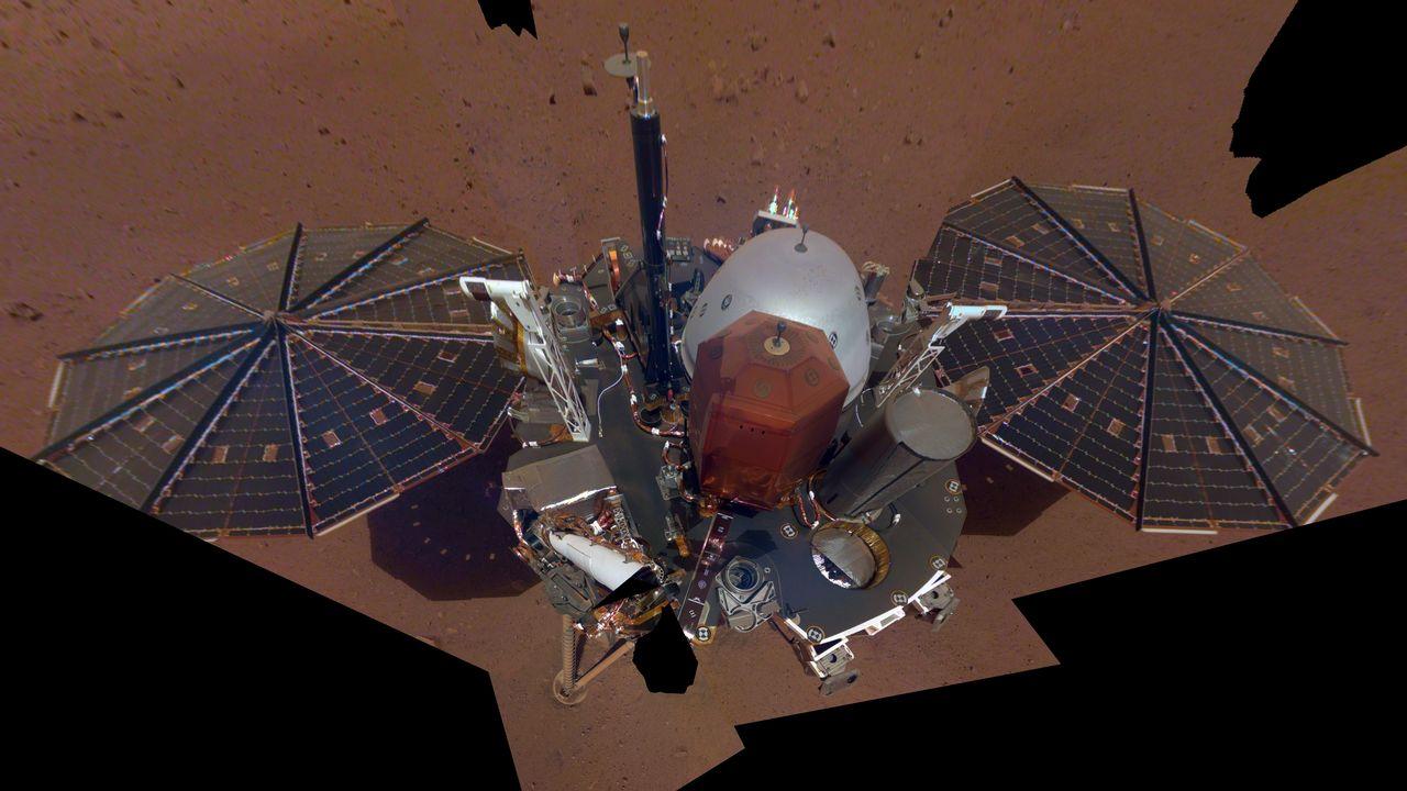 InSight prend son premier autoportrait sur Mars. Sur son dos, des instruments scientifiques notamment pour étudier la météo. [NASA/JPL-Caltech]