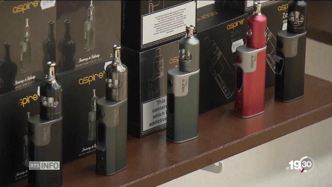 Le Valais pourrait devenir le premier canton à interdire la publicité pour les cigarettes électroniques. [RTS]
