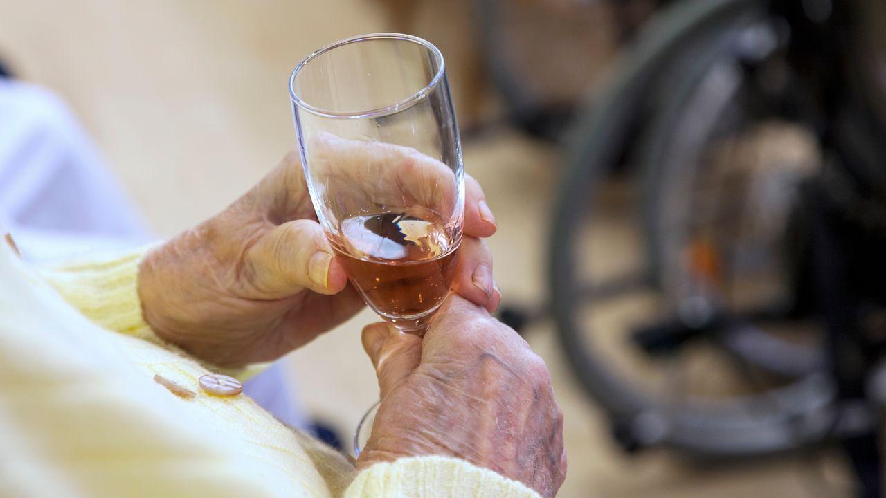 Droits et pratiques de l'alcool en EMS. [chrissi - Depositphotos]