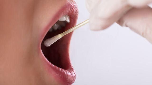 L'analyse du microbiote salivaire et les analyses d'écriture peuvent aider à identifier des individus mêmes très proches. [AndreyPopov - Depositphotos]