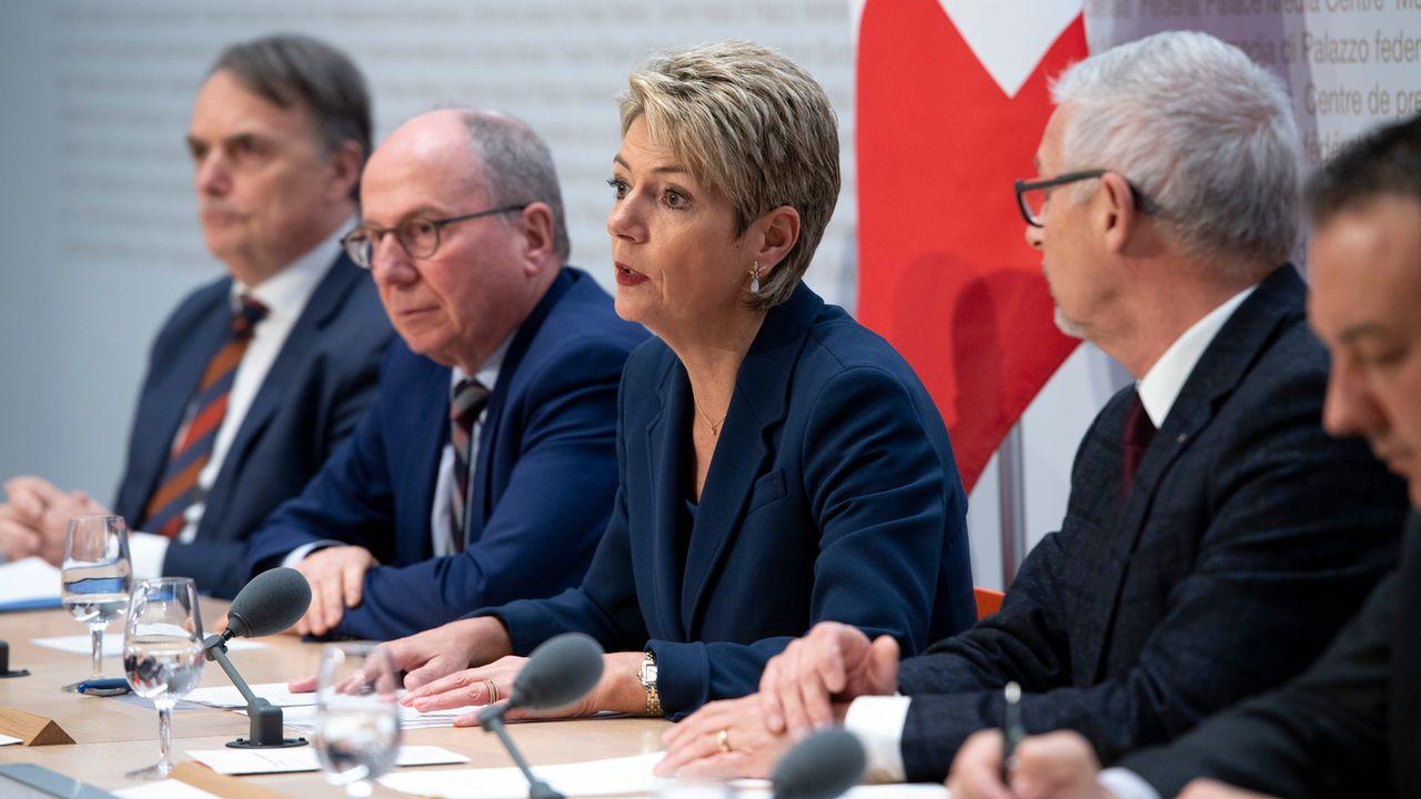 La ministre Karin Keller-Sutter a présenté la réforme aux côté de représentants des cantons. [Anthony Anex - Keystone]