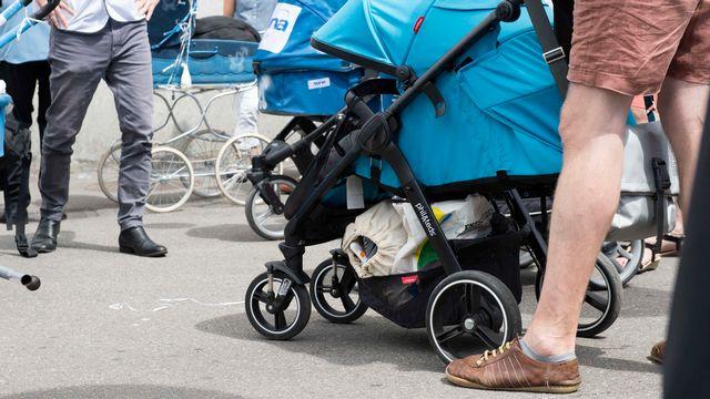 Une initiative populaire propose un congé paternité rémunéré de quatre semaines, un contre-projet indirect émanant de conseillers aux Etats en propose deux. [Thomas Delley - Keystone]