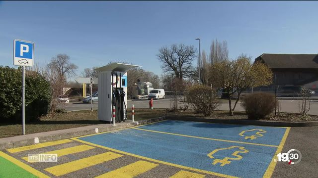 Les bornes de recharge rapide pour voitures électriques sont de plus en plus nombreuses en Suisse. [RTS]