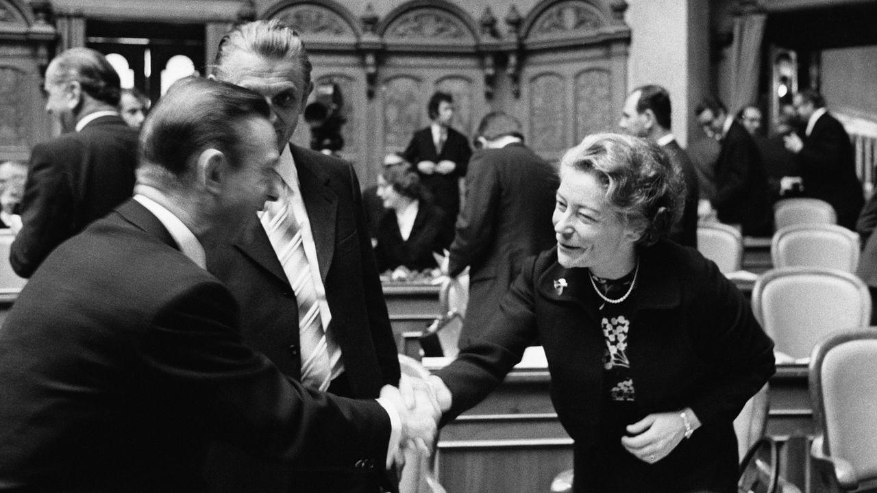 (archives) En novembre 1971, la conseillère nationale fraîchement élue Elisabeth Blunschy est accueillie par ses collègues au début de la session d'hiver au Parlement fédéral. [Keystone]