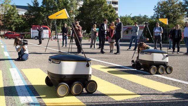 Les robots de La Poste lors du lancement des tests en août 2016. [Lukas Lehmann - Keystone]