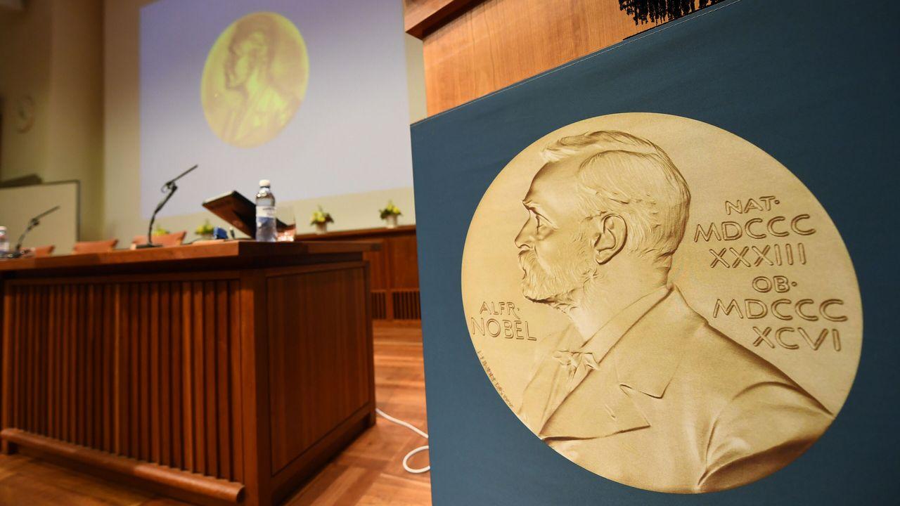 La représentation de la médaille du Prix Nobel lors d'une conférence de presse en 2017. [Jonathan Nackstrand - AFP]